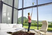 Мойка высоких окон внутри помещения