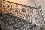 Перила и лестницы с элементами ковки.